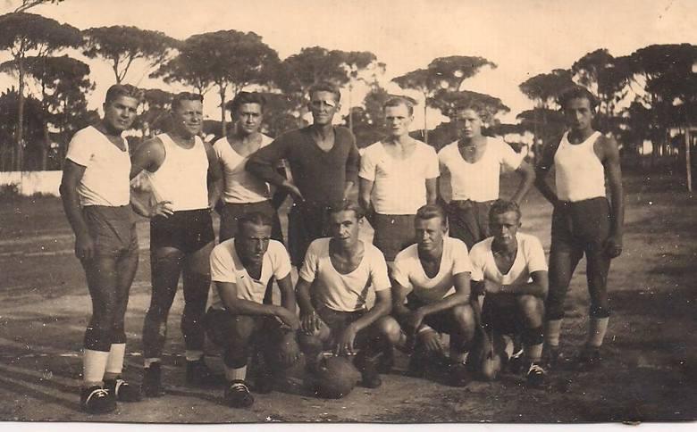 Drużyna V Kresowej Dywizji Piechoty w 1945 r. we Włoszech. Mój ojciec klęczy z piłką. Przed wojną  i po wojnie grał nie tylko w toruńskich klubach Trener Jan Nowacki prowadzi drużynę pływacką podczas zawodów na basenie na drugim brzegu Wisły w 1956 r. Na czele jego córka Gizela