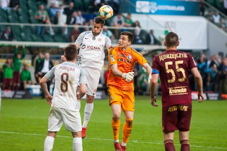 Radosław Majecki - 4Młody bramkarz Legii chyba jako jedyny może mieć czyste sumienie po czwartkowym meczu. Obronił to co miał obronić i nie popełnił