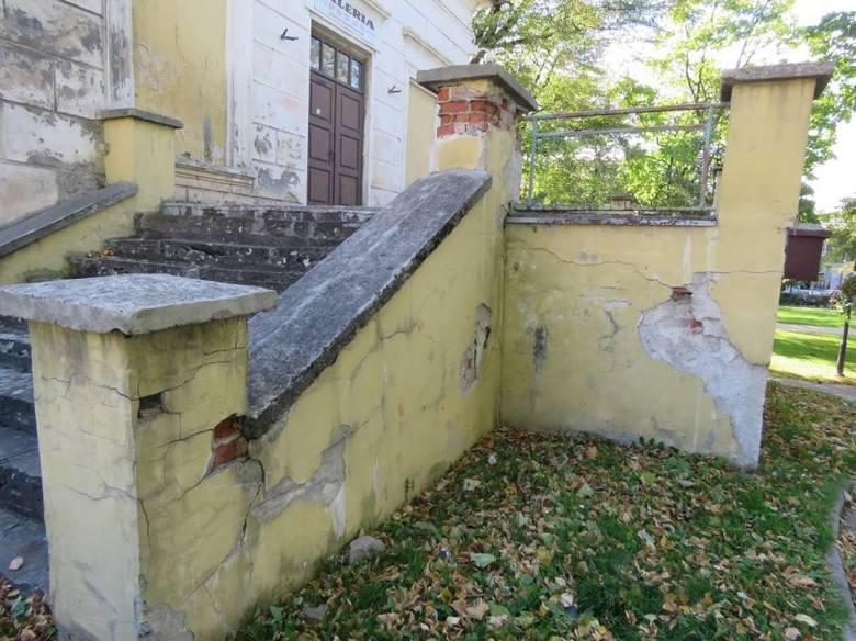 Dziś obiekt popada w ruinę, choć widać jeszcze dawne piękno