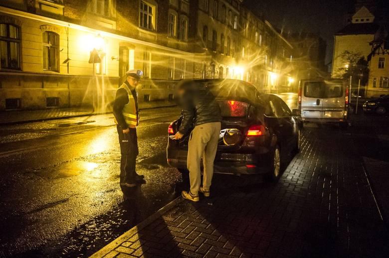 Pomogli w tym inni świadkowie. 34-letni Ukrainiec nie miał zamiaru czekać na policję i próbował wyrywać się podczas obywatelskiego zatrzymania. Szybko