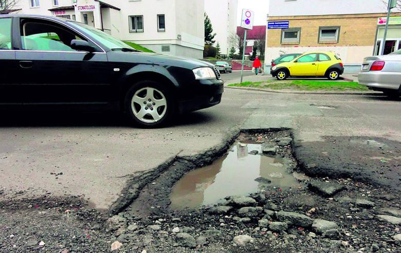Dziura gigant straszy na ul. Nastrojowej.