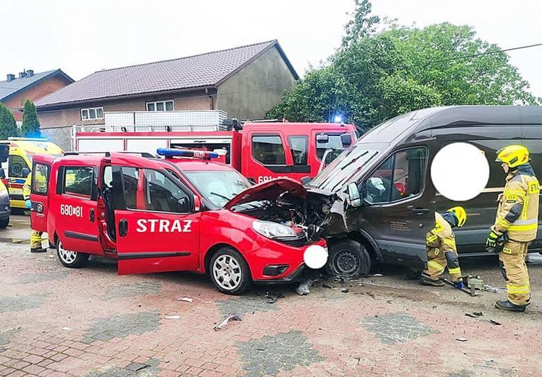 Wypadek we Włodowicach. Samochód wjechał w pojazd strażaków.Zobacz kolejne zdjęcia. Przesuwaj zdjęcia w prawo - naciśnij strzałkę lub przycisk NASTĘ
