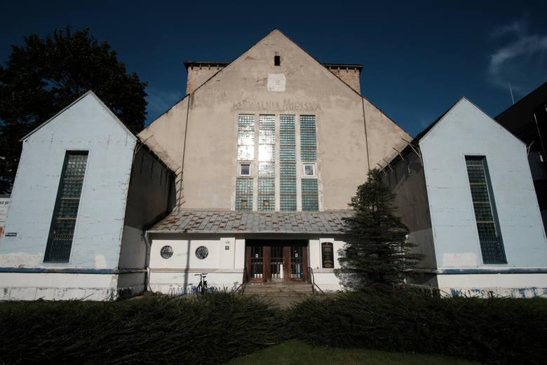 Tzw. nowa synagoga jest jedyną zachowaną wolno stojącą bóżnicą w Poznaniu. Wzniesiono ją na początku XX w. Podczas II wojny światowej Niemcy przebudowali