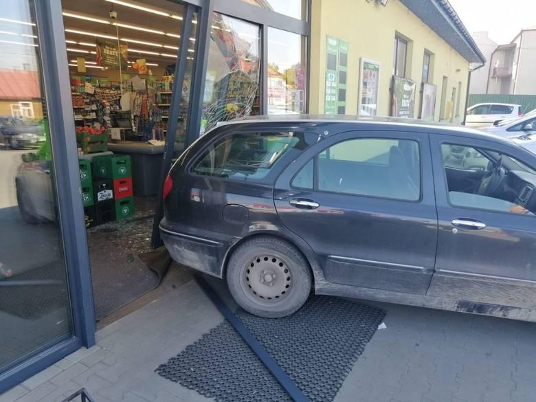 Pijana kobieta wjechała autem w przeszklone drzwi delikatesów przy ulicy Kościuszki w Staszowie. Na szczęście nikomu nic się nie stało. Do zajścia doszło