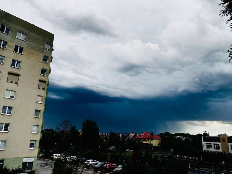Nagle zrobiło się czarno. Niesamowite niebo przed burzą we Wrocławiu i na Dolnym Śląsku [WASZE ZDJĘCIA]
