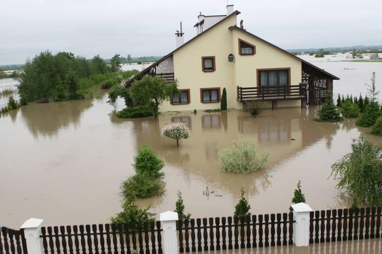 Powódź w Tarnobrzegu rozpoczęła się nad ranem, 19 maja 2010 roku, kiedy to fala na Wiśle rozerwała prawy wał w Koćmierzowie. Wspominamy dramat tysięcy