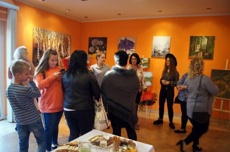 15 października w sali Miejsko-Gminnego Ośrodka Kultury w Janikowie odbył się wernisaż poświęcony twórczości malarskiej janikowskiej artystki Hanny Mi.
