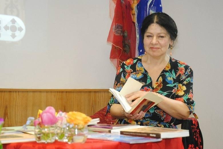 Róża Łakatosz jest romską poetką i pisarką.