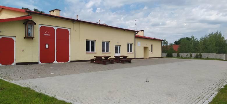 Jedną z inwestycji wykonanych w ostatnim czasie w gminie Dębowa Łąka jest położenie kostki wokół remizy strażackiej w Niedźwiedziu
