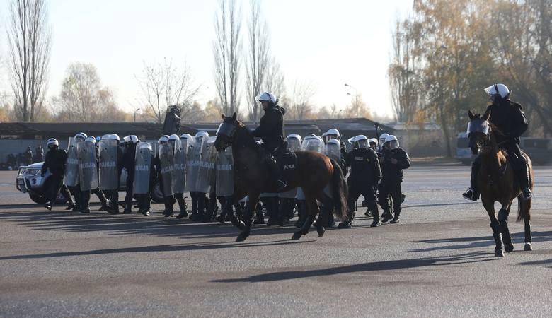 Oceniano umiejętności jeźdźców i ich koni we współdziałaniu z pododdziałem zwartym policji, podczas zabezpieczenia imprezy  masowej.