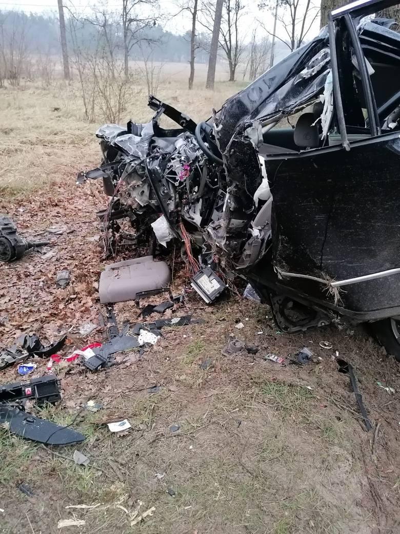Śmiertelny wypadek w Kostrzynie nad Odrą. Nie żyje 28-letni mieszkaniec miasta. Passat, którym jechał z ogromną siłą uderzył w drzewo