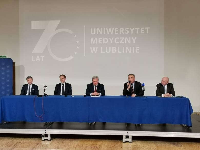 Ogłoszenie rozpoczęcia produkcji pierwszego leku na koronawirusa odbyło się w piątek w rektoracie Uniwersytetu Medycznego w Lublinie. Na zdjęciu (od