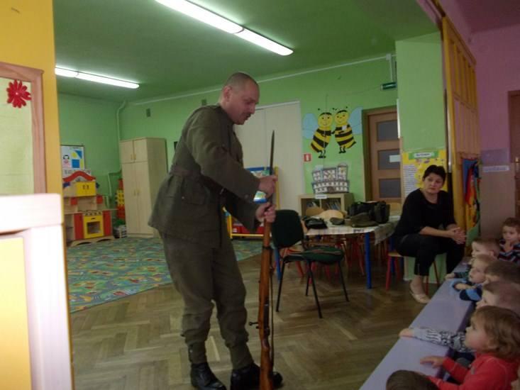 Przedszkolaki z karabinem