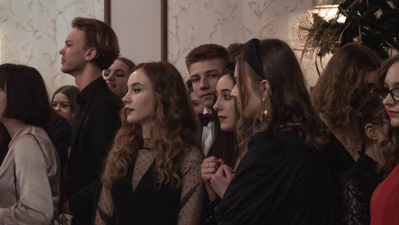 """Uczniowie klas drugich II Liceum Ogólnokształcącego w Białymstoku bawili się na połowinkach w Domu Gościnnym """"Lech"""". Wśród zaproszonych gości był Dariusz"""