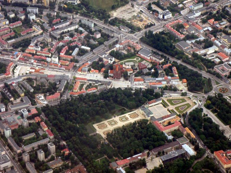 Szersza perspektywa na ścisłe centrum Białegostoku.