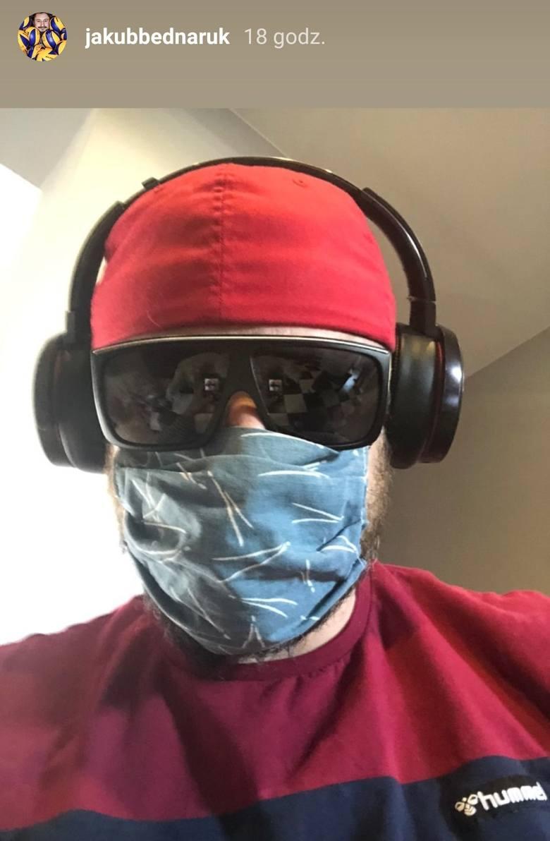 W związku z pandemią koronawirusa od czwartku 16 kwietnia mamy obowiązek zasłaniania ust i nosa w przestrzeni publicznej. Dotyczy to także sportowców,