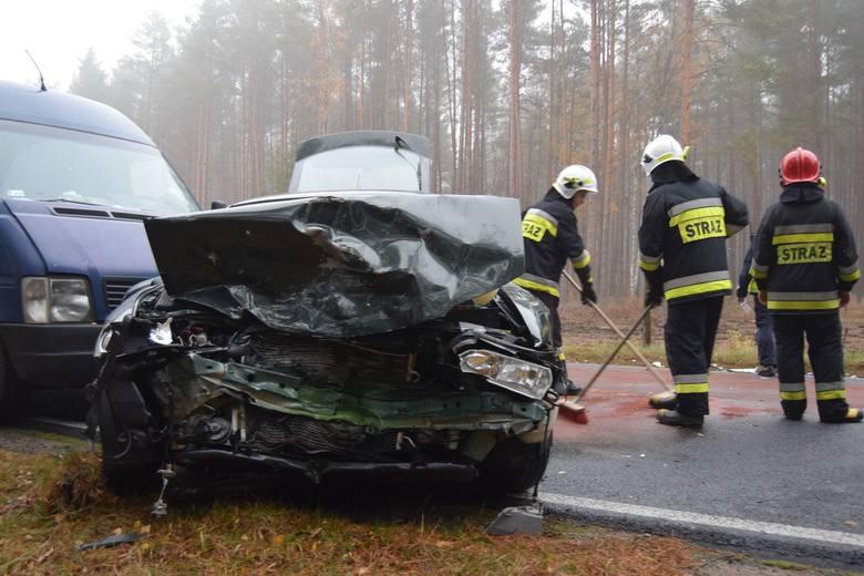 Wypadek z udziałem trzech pojazdów na drodze ze Szczecinka do Czarnego. Tak zakończyła się nieuwaga kierowcy, który wybrał się na grzyby. Do groźnego