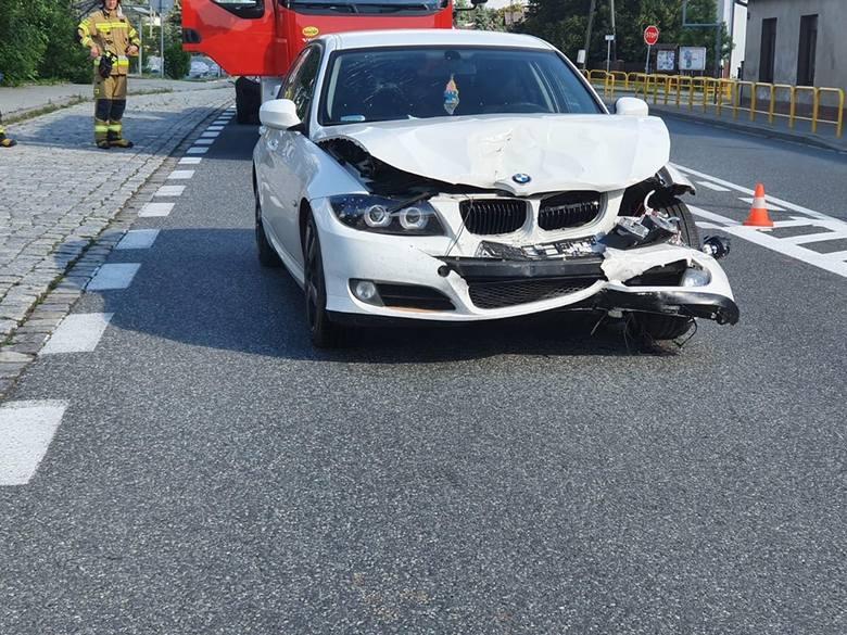 Zderzenie dwóch samochodów osobowych na DK 11 w Wojciechowie. BMW najechało na peugeota