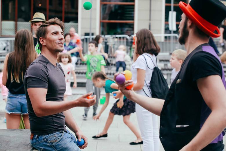 Od najbliższej soboty i niedzieli (3-4 lipca) o godz. 12 na Starym Rynku przechodniów zabawiać będzie klown i szczudlarz, którzy zaproszą do interaktywnego