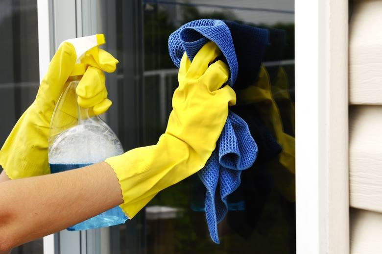 Mycie okien ściereczką z microfibry