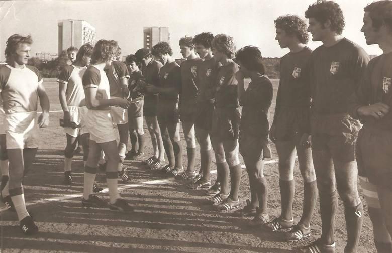Po raz kolejny sięgamy do naszego fotograficznego archiwum. Tym razem znaleźliśmy w nim liczne zdjęcia piłkarzy, w tym dawnych zawodników Elany i Pomorzanina