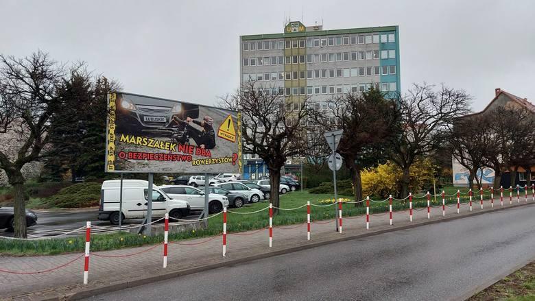 Billboard przed urzędem miasta jest już ściągnięty. Ale wcześniej wywołał polityczną wojnę...