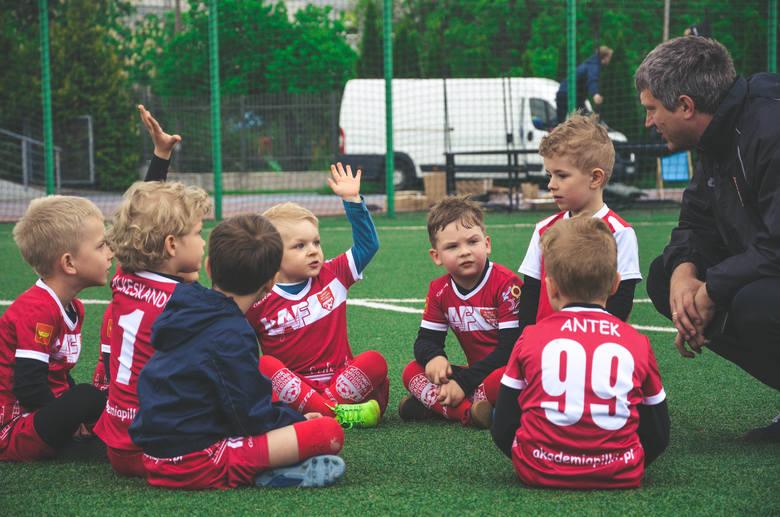 Najmłodsi chętnie przychodzą na treningi Łódzkiej Akademii Futbolu, skąd startują do wielkich karier piłkarskich
