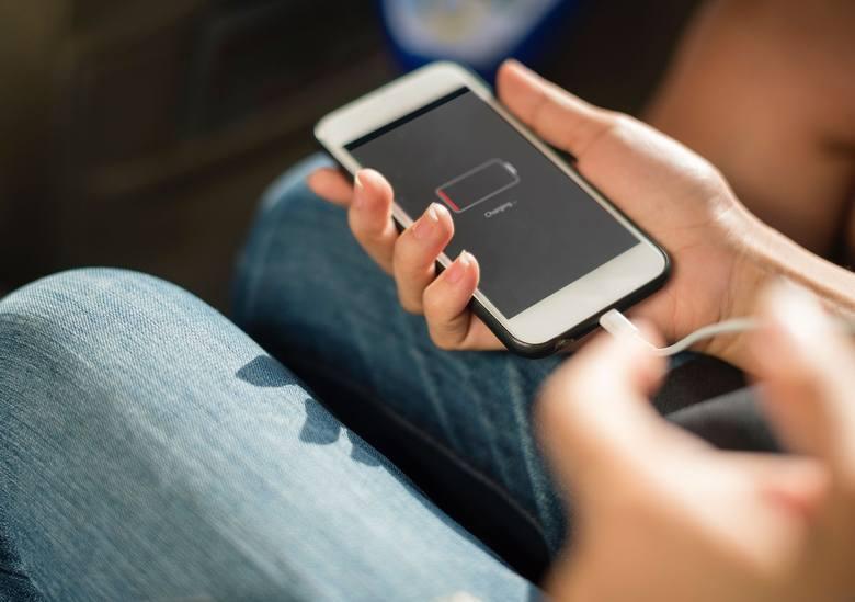 NAŁADOWANIE TELEFONUIle kosztuje naładowanie telefonu? Najnowsze smartfony generują mniejsze koszty, bo mają bardzo pojemne baterie, a więc nie trzeba