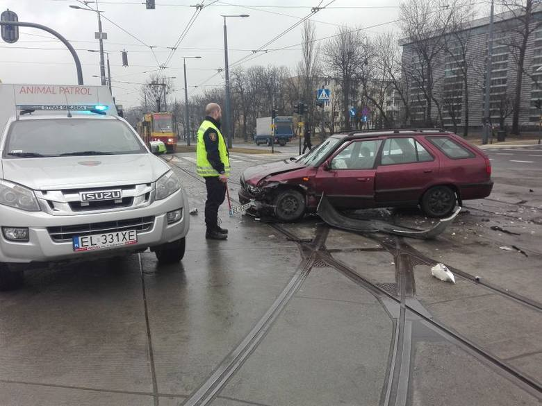 Na skrzyżowaniu ul. Dąbrowskiego z al. Śmigłego Rydza, skoda felicia zderzyła się z volkswagenem sharonem. Kierowca skody został odwieziony karetką do