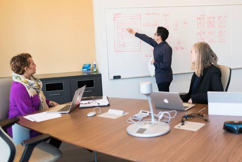 Według światowej ankiety przeprowadzonej przez Harvard Business Review 50 proc. badanych czuje, że w pracy nikt nie traktuje ich poważnie. Nie chcąc