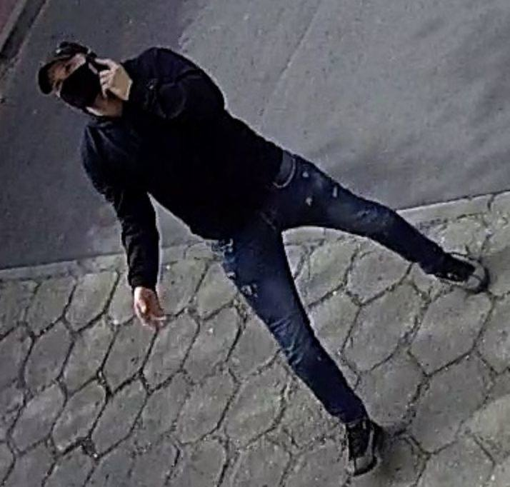 """Ten mężczyzna jest poszukiwany w sprawie oszustwa """"na policjanta CBŚ"""". Do zdarzenia doszło 22 maja 2020 roku przy ul. Kordeckiego w"""