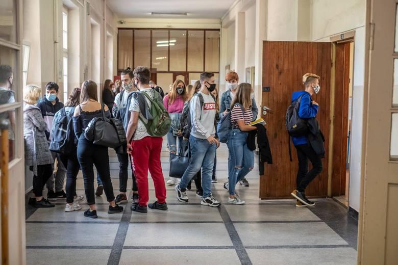 Dyrektorzy wielu poznańskich szkół chcieliby wprowadzić naukę hybrydową, zanim w placówce zostanie wykryty koronawirus. Twierdzą, że w ten sposób mogliby