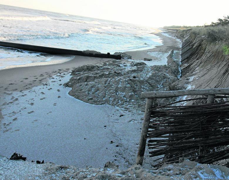 Plaża we Władysławowie. W tym miejscu brzeg powinien mieć co najmniej kilkanaście metrów. Latem opanowane przez turystów z parawanami. Zimą - przez rozszalałe Morze Bałtyckie<br />
