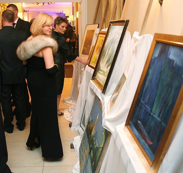 Uczestnicy balu oglądają obrazy przeznaczone do licytacji
