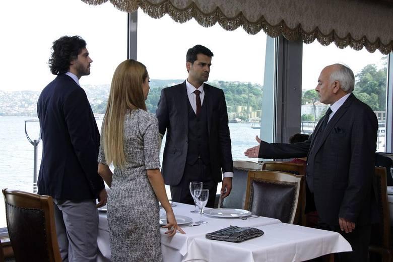 """""""Więzień Miłości"""" to popularny w Polsce serial turecki. Serial emitowany jest od poniedziałku do piątku o godzinie 17:10 na TVP2."""
