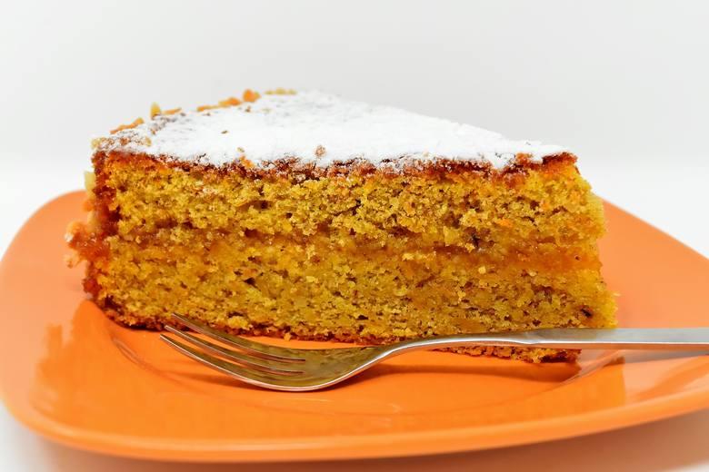 Marchewka jest warzywem, ale ze względu na słodki smak i zastosowanie w deserach jest traktowana jak owoc.