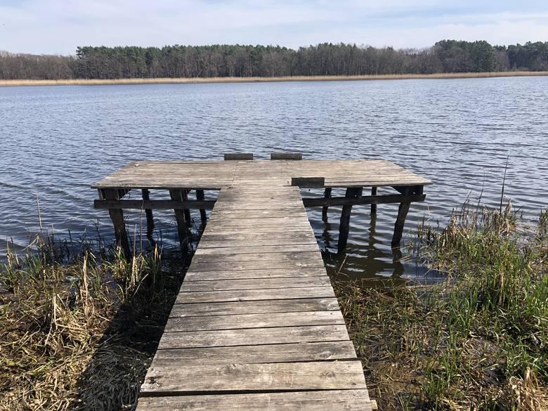 Jezioro o powierzchni ponad 25 hektarów bywa różnie nazywane: Kąpielowe, Cisek, Czyżykowo jest czyste, ale muliste.