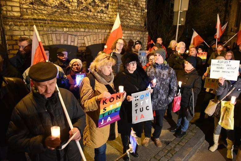 - Podczas protestów w obronie prawa do niezależnego od polityków sądownictwa czy w obronie praw kobiet w całej Polsce poznały się tysiące ludzi - zauważa