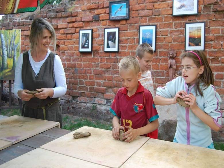 """Przy stoisku """"Twórczych Brzózek"""" Katarzyna Baszak uczyła dzieci rzeźbienia w glinie"""