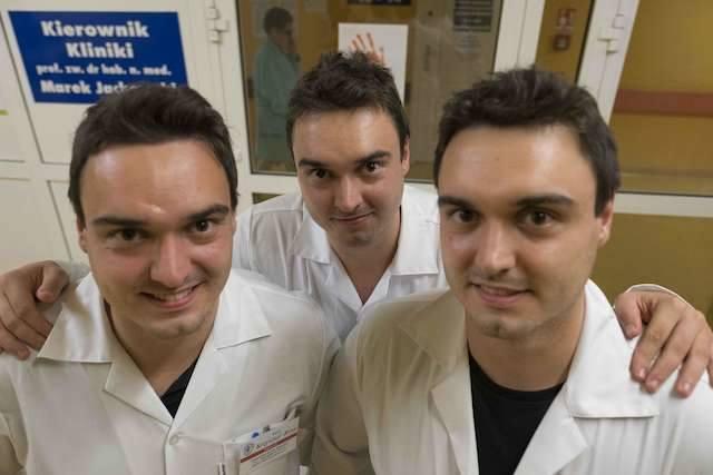 Rodzeństwo braci Rosa. Trojaczki są stażystami w szpitalu. Jan, Krzysztof, Stanisław.