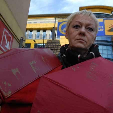 - Nie sądzę, aby plamy dało się usunąć bez zniszczenia zamszowej torebki i parasola - pokazuje Mirosława Jankowiak-Smarkus