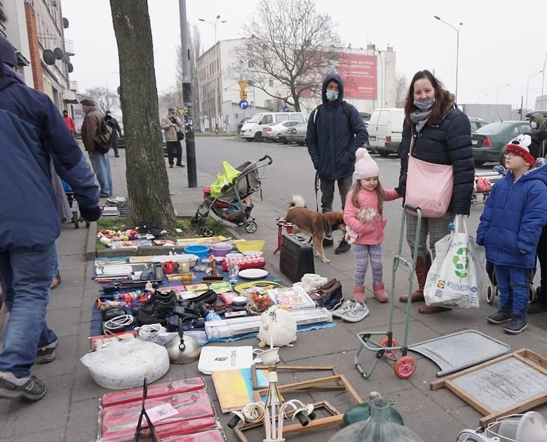 Spory ruch panował w sobotę od samego rana na bałuckim targowisku przy ulicy Dolnej. Setki łodzian przyszły tu zrobić zakupy na cały tydzień i to zarówno
