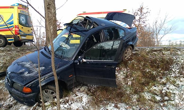AKTUALIZACJAKarżniczna - Mianowice- 45-letnia kobieta kierująca pojazdem BMW straciła panowanie nad pojazdem i zjechała na lewą stronę jezdni - informuje