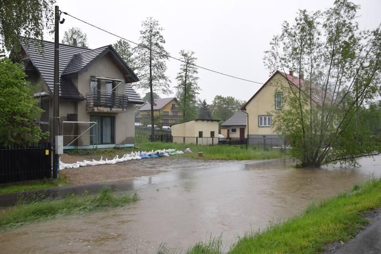 Woda uwięziła ludzi w domach. Alarm powodziowy ogłoszono w pięciu gminach