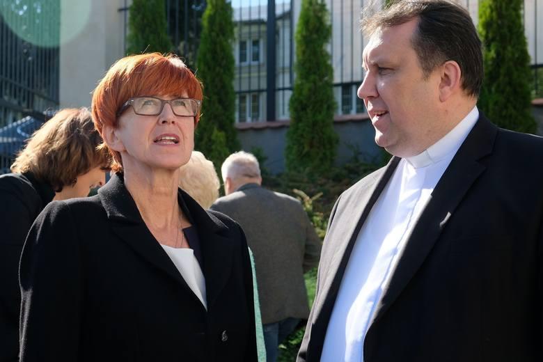 """Minister rodziny, pracy i polityki społecznej Elżbieta Rafalska, odwiedziła w środę Centrum Terapii i Rehabilitacji """"Caritas"""" w Przemyślu."""