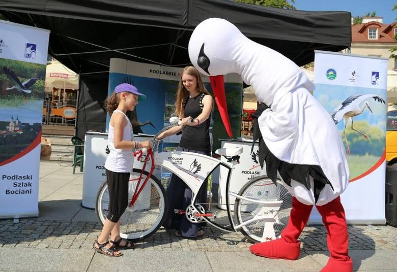 W weekend białe bociany zagościły na Rynku Kościuszki. Zachęcały wszystkich do rowerowej podróży wyjątkowym szlakiem