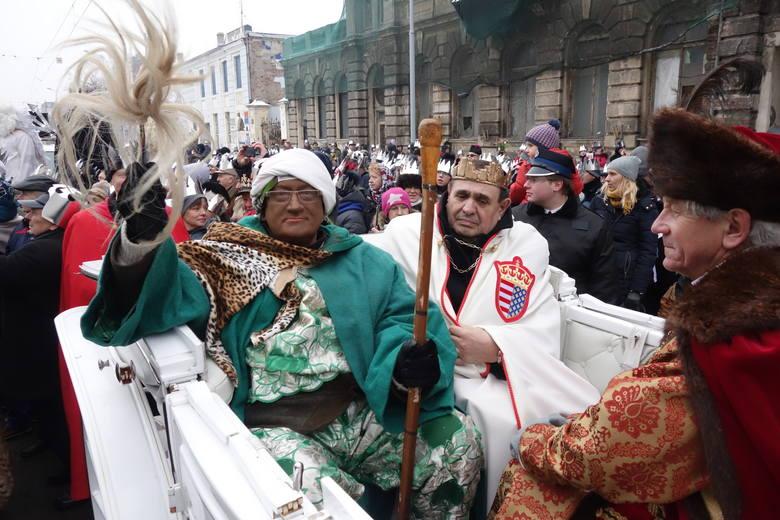 Postacie Trzech Króli to obowiązkowy element orszaków organizowanych 6 stycznia w wielu miejscowościach regionu. W Łodzi orszak tradycyjnie uda się do