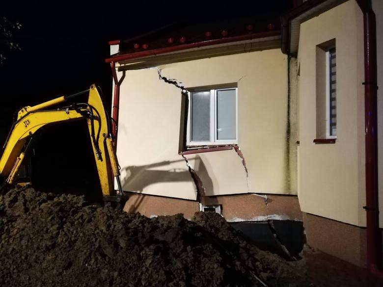 W środę tuż przed godz. 4 rano w Tryńczy koło Przeworska doszło do osunięcia się ziemi pod fundamentami budynku. Zapadły się ściany nośne domu. Do zdarzenia