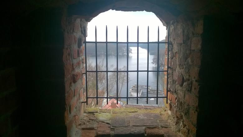 Widok w wieży Zamku Joannitów w Łagowie jezioro.