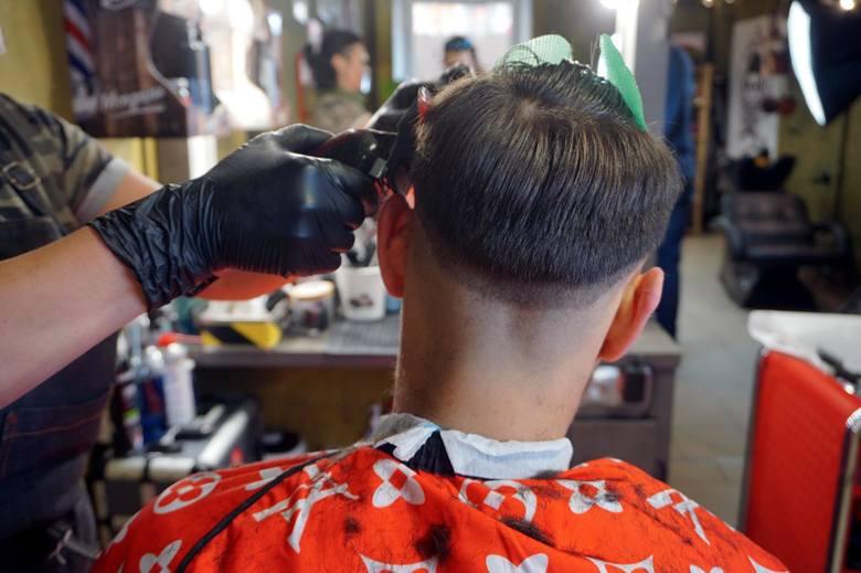 Salony urody, zakłady kosmetyczne i fryzjerskie pozostaną zamknięte.